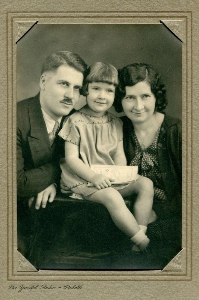 portrait-of-a-family-by-zweifel-circa-1930